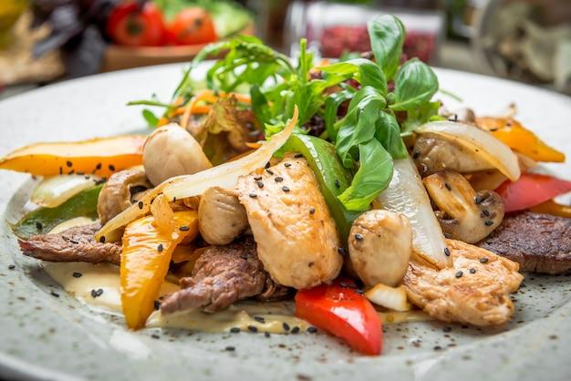 Gegrilltes fleisch mit geröstetem gemüse, frühling, sommerpicknick, leckeres essen