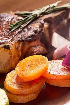 Gegrilltes fleisch mit karotten und rosmarin