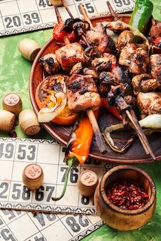 Gegrilltes fleisch und brettspiele