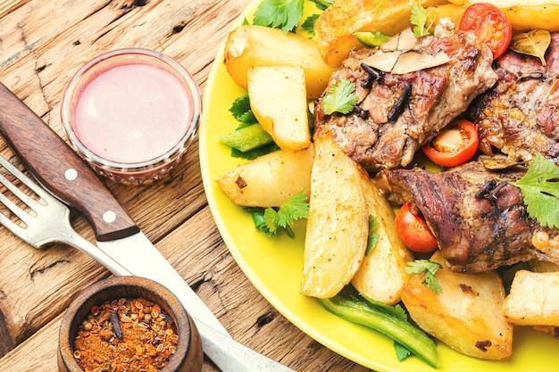 Gegrilltes fleisch und kartoffeln