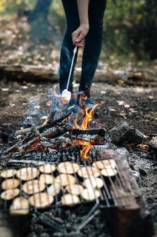 Gegrilltes gemüse am lagerfeuer im urlaub.