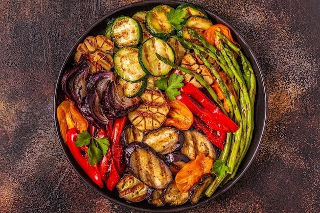 Gegrilltes gemüse auf einem teller mit sauce