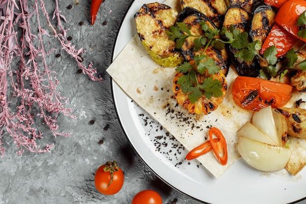 Gegrilltes gemüse auf einem weißen teller. gegrilltes frisches gemüse.