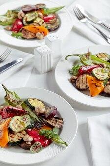 Gegrilltes gemüse auf einem weißen teller restaurantgericht