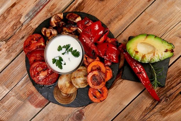 Gegrilltes gemüse auf schwarzem hintergrund. diät veganes essen.