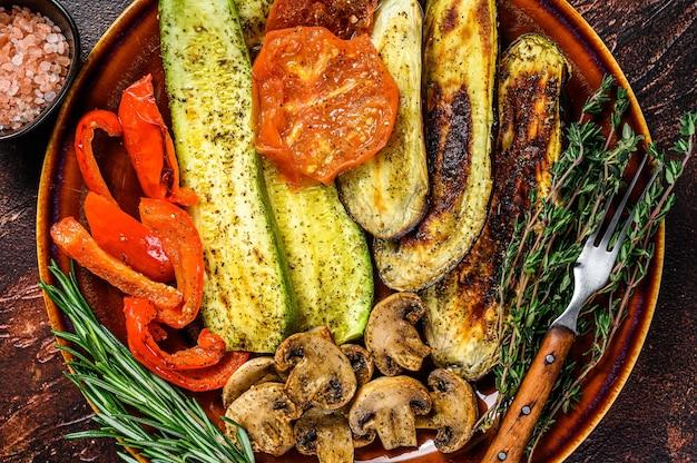 Gegrilltes gemüse in einem rustikalen teller mischen