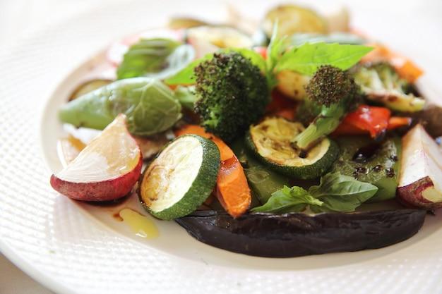 Gegrilltes gemüse mit balsamico