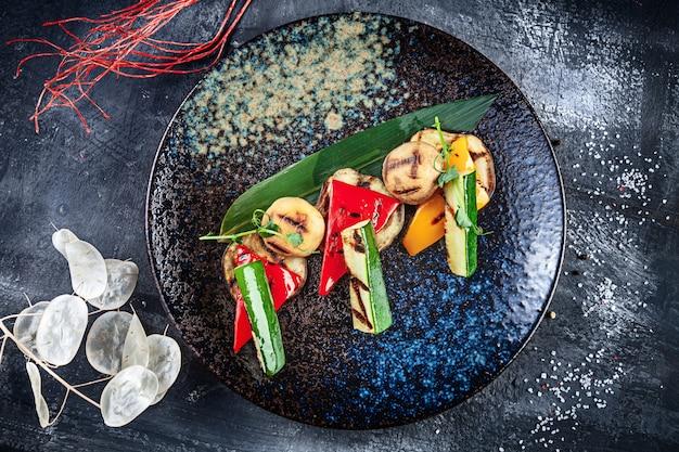 Gegrilltes gemüse, tomaten, pfeffer, pilze und gurken. moderne küche. gesundes essen mit platz zum kopieren. frisches veganes mittagessen. lebensmittelfoto für menü oder rezept. bbq essen