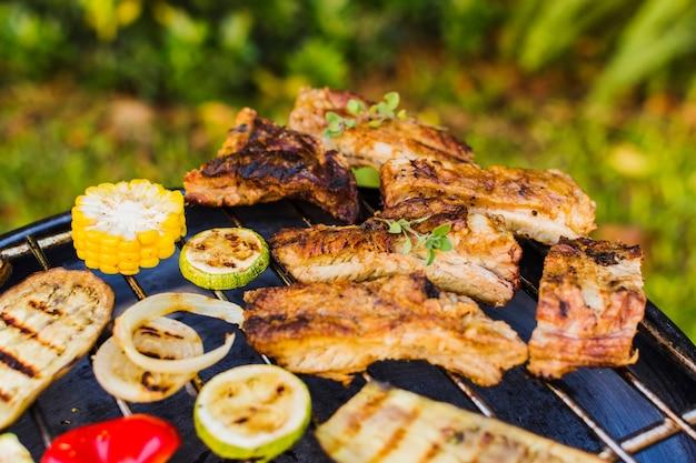 Gegrilltes gemüse und fleisch draußen auf picknick