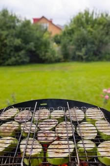 Gegrilltes gemüse wird gebacken, um ein orientalisches gericht zuzubereiten paprika auberginen tomaten ajap sandale imam ...