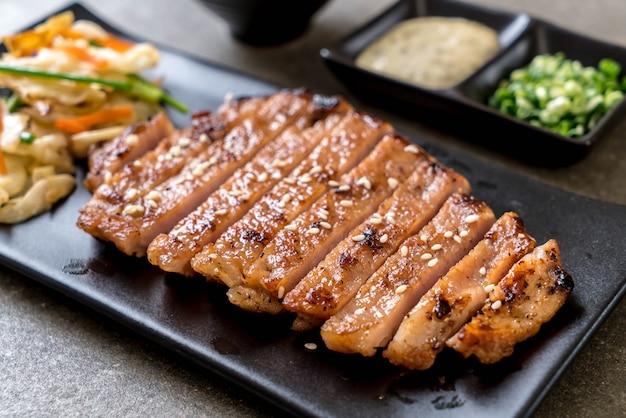 Gegrilltes geschnittenes schweinefleischsteak mit gemüse