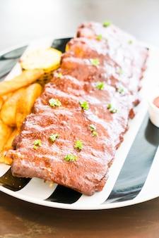 Gegrilltes grillschweinefleisch mit süßer soße
