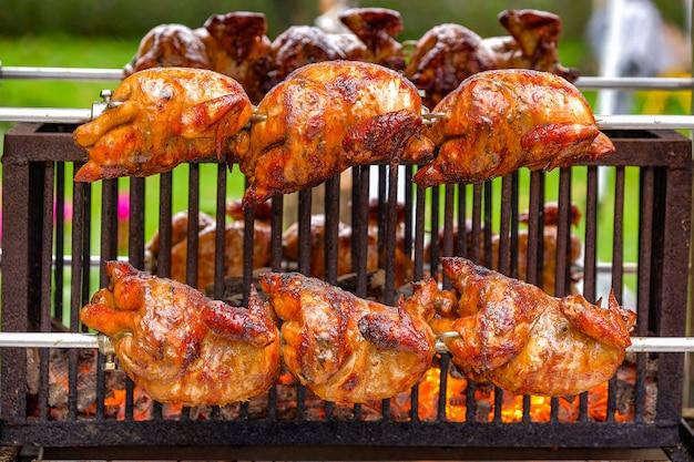 Gegrilltes hähnchen auf dem grill