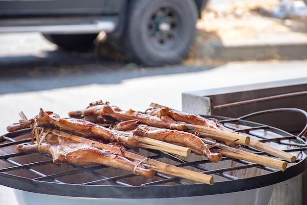 Gegrilltes hähnchen im bambus auf dem grill des ofens.