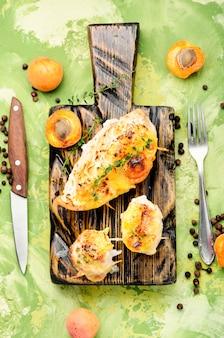 Gegrilltes hähnchen mit aprikose
