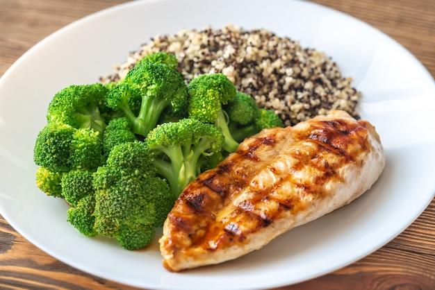 Gegrilltes hähnchen mit brokkoli und quinoa