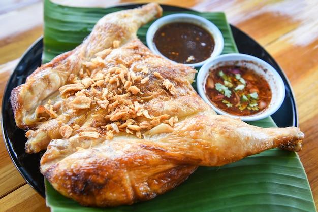 Gegrilltes hähnchen mit knoblauch und würziger soße gegrilltes hähnchen mit asiatischem thailändischem essen
