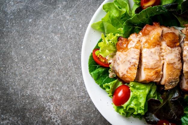 Gegrilltes hähnchen mit salatgemüse