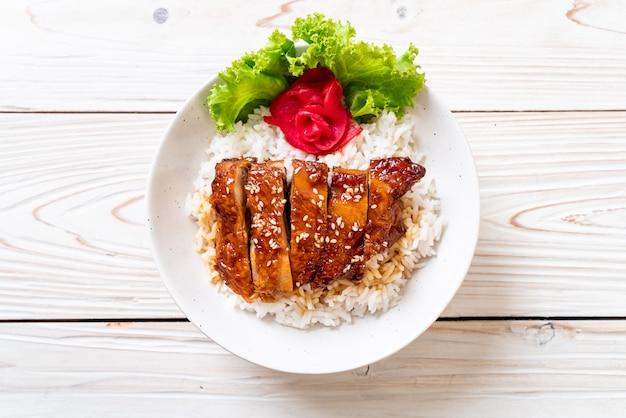 Gegrilltes hähnchen mit teriyaki-sauce auf reis