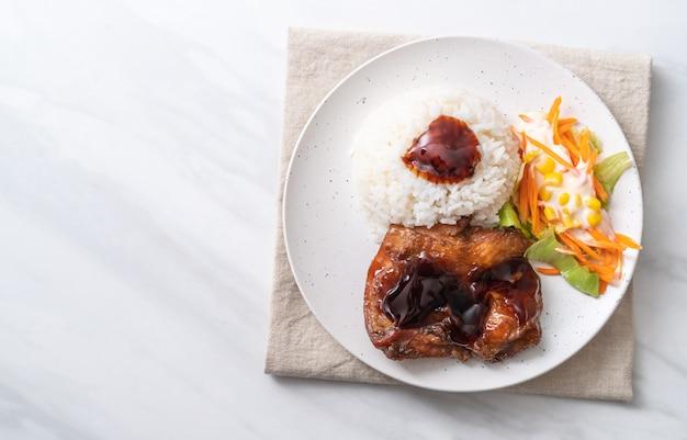Gegrilltes hähnchen mit teriyaki-sauce und reis