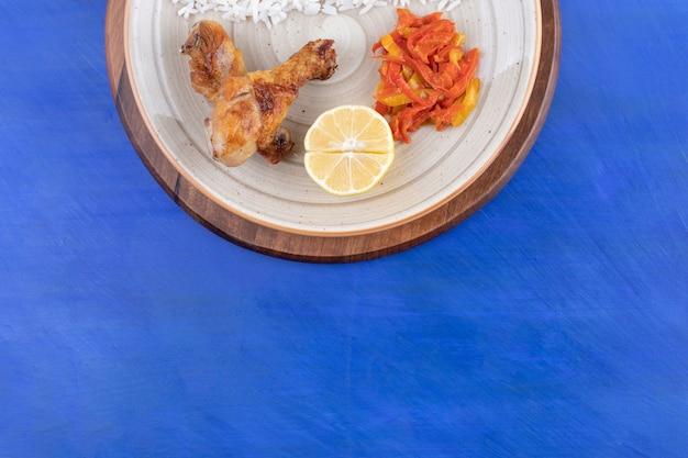Gegrilltes hähnchenschenkelfleisch mit leckerem reis