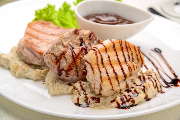 Gegrilltes hähnchensteak in pilzsauce gebratene kartoffelschnitze,