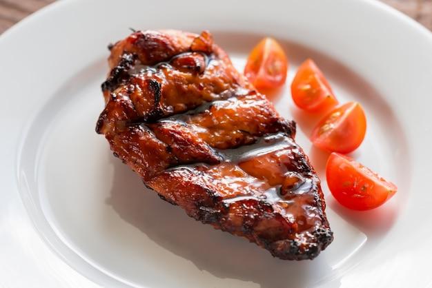 Gegrilltes hähnchensteak mit kirschtomaten