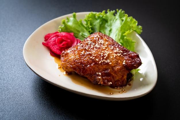 Gegrilltes hähnchensteak mit teriyaki-sauce