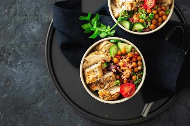 Gegrilltes hähnchensteak mit würzigen kichererbsen, quinoa und gebackener roter bete