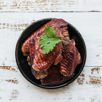 Gegrilltes hühnerfilet geschmückt mit koriander in der schüssel auf tabelle