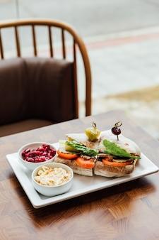 Gegrilltes hühnersandwich mit hausgemachtem brot, tomaten und salat, serviert mit rote beete
