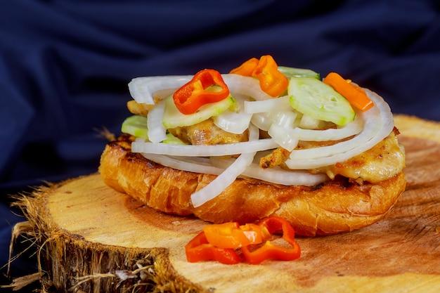 Gegrilltes hühnersandwich mit roten zwiebeln