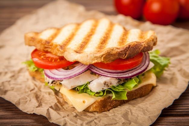 Gegrilltes hühnersandwich