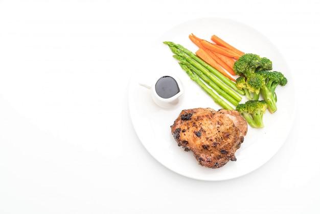 Gegrilltes hühnersteak mit gemüse