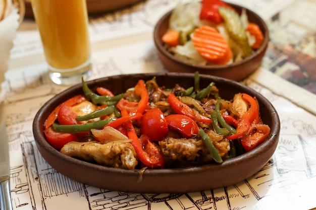 Gegrilltes huhn mit gemüse-paprika-tomaten-zwiebelbohnen-seitenansicht