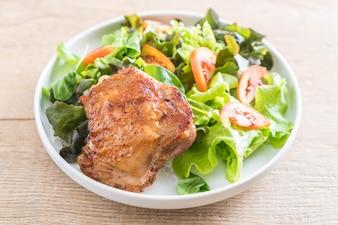 Gegrilltes Hühnersteak mit Gemüsesalat