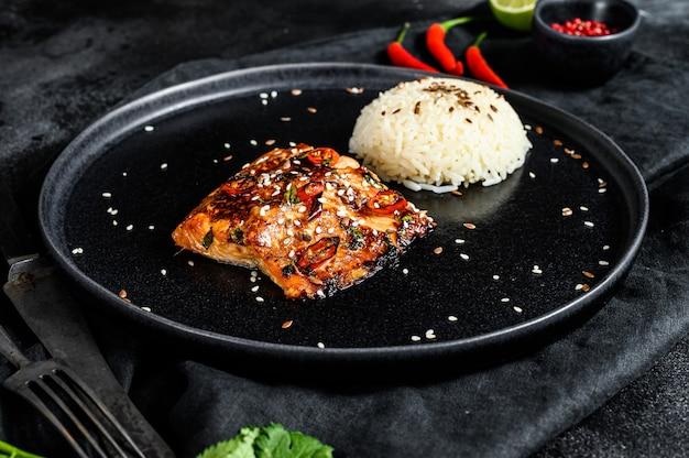 Gegrilltes japanisches teriyaki-lachsfilet, glasiert in köstlicher sauce mit einer beilage reis.