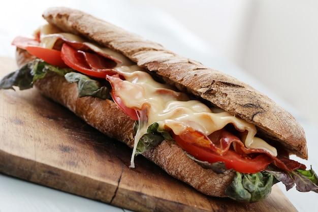 Gegrilltes käsesandwich mit speck und tomate