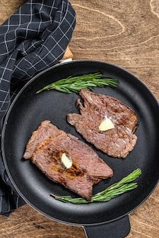Gegrilltes kalbsfleisch-kotelettsteak auf einer pfanne