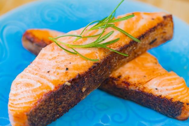 Gegrilltes lachssteak ein stück frische hausmannskost mit rosmarin olivenöl schwarzer pfeffer Premium Fotos