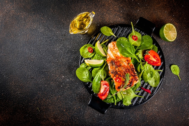 Gegrilltes lachssteakfilet mit frischem gemüse, spinat und limette
