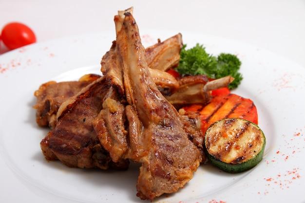 Gegrilltes lamm mit gegrilltem gemüse