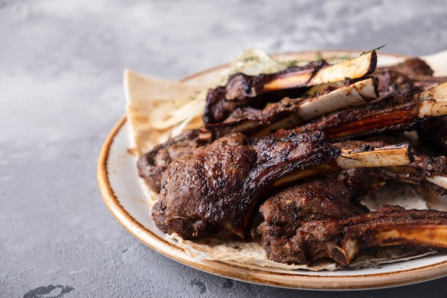 Gegrilltes lammfleisch auf einer platte.