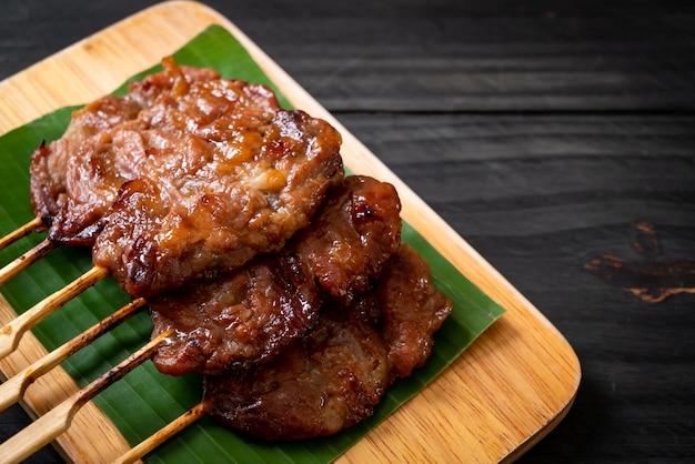 Gegrilltes milchspieß mit weißem klebreis - lokaler thailändischer street food-stil