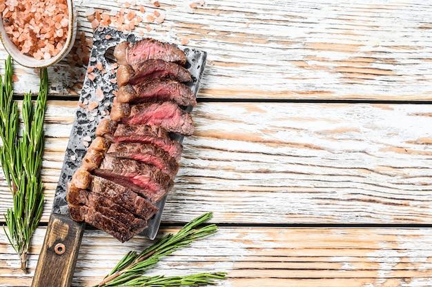 Gegrilltes ramp cap steak auf einem fleischerbeil