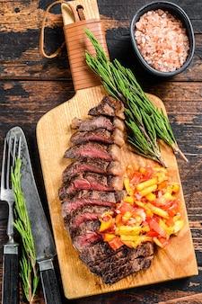 Gegrilltes ramp cap steak auf einem schneidebrett