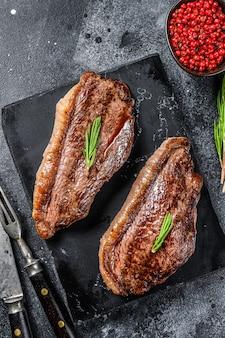 Gegrilltes ramp cap steak auf einem steinschneidebrett