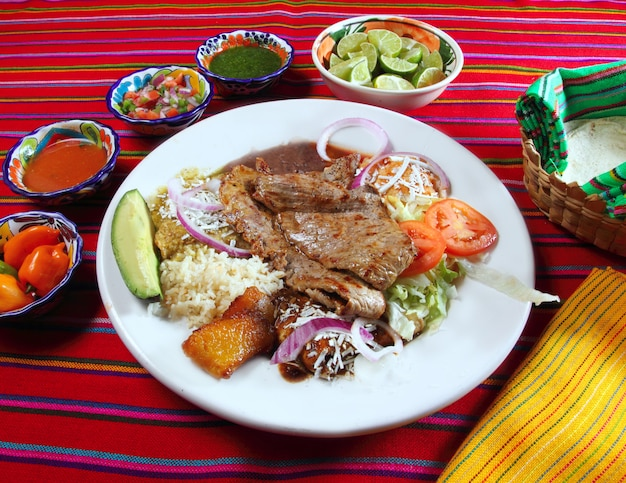 Gegrilltes rinderfilet sortierte mexikanische tellerpaprikasoße
