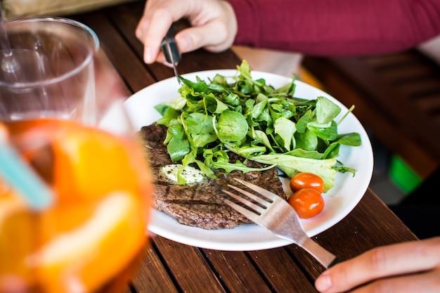 Gegrilltes rindersteak mit beilagensalat