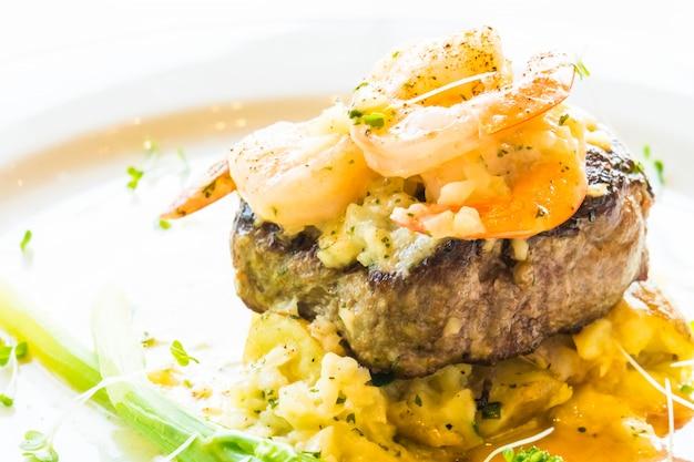 Gegrilltes rindfleisch mit garnelen oder garnelensteak